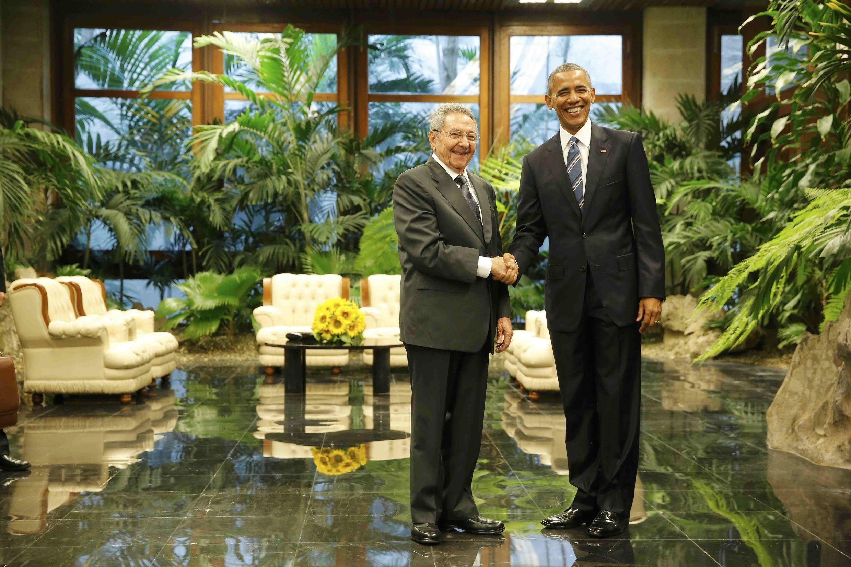 """Barack Obama et Raul Castro échangeant une de ces poignées de mains """"historiques"""" lors de la visite du président américain à La Havane, le 21 mars 2016."""