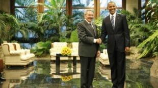 Poignée de mains entre Raul Castro et Barack Obama au deuxième jour de la visite historique du président des Etat-Unis, ce lundi 21 mars 2016.