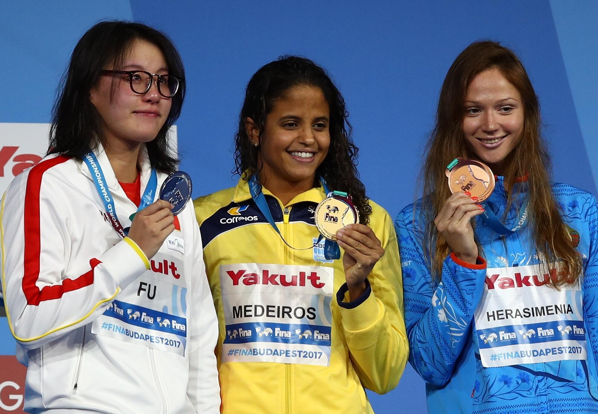 Etiene Medeiros, no centro da imagem, venceu a final da prova e quase bateu o recorde mundial.