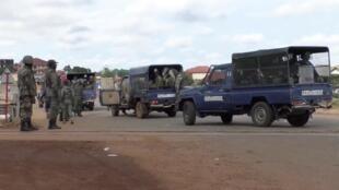 La police guinéenne bloque une route dans le district de Sonfonia à Conakry, le 14 octobre 2019.