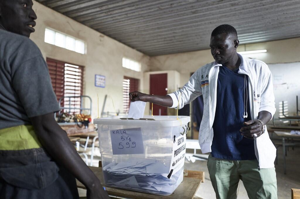 Un homme vote à Dakar lors de la présidentielle du 24 février 2019 (image d'illustration).