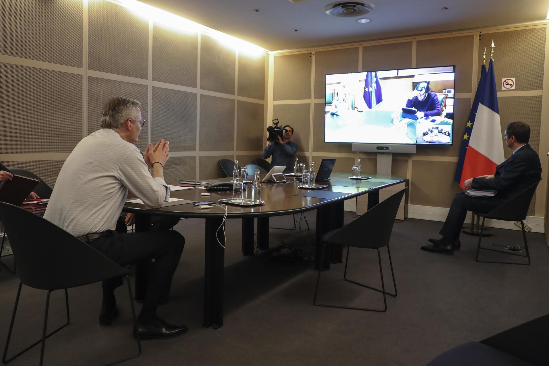 Bộ trưởng Kinh Tế và Tài Chính Pháp Bruno Le Maire (sau lưng) họp qua video với nhóm Eurogroup hôm 09/04/2020.