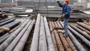 Un employé dans une usine d'acier dans la province du Hubei, en Chine.