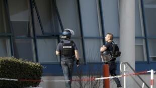 圖為法國警方在托克維爾格拉斯中學前警戒