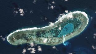 Ảnh chụp vệ tinh  đảo Đá Lát (Ladd Reef), thuộc quần đảo Trường Sa ngày 30/11/2016, cho thấy các hoạt động cải tạo nạo vét cát trên đảo.