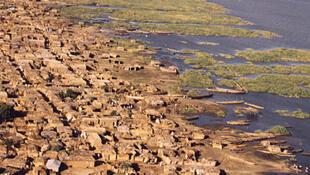 Photographie aérienne d'un village camerounais, bordant le lac Tchad.