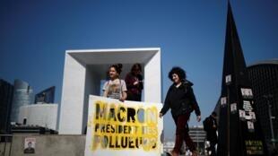 Участницы манифестации в деловом квартале Дефанс с лозунгом «Макрон — президент загрязнителей!»