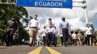 Los presidentes de Ecuador, Lenin Moreno (C) y Colombia, Iván Duque (2-I) y el ministro de Defensa de Ecuador, Oswaldo Jarrin (D), supervisan las obras de construcción en el puente internacional sobre el río Mataje, en la provincia de Esmeraldas, el 10 de enero de 2021