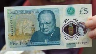 Nova nota de 5£ com o rosto de Winston Churchill