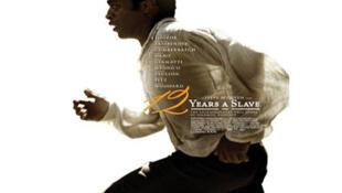 Dans ce film, Steve McQueen adapte le récit autobiographique de de Solomon Northup, afro américain kidnappé puis vendu comme esclave dans un Etat sudiste.