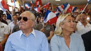 Jean-Marie Le Pen, presidente de honra da FN, e a filha Marine, líder do partido, em 2014.