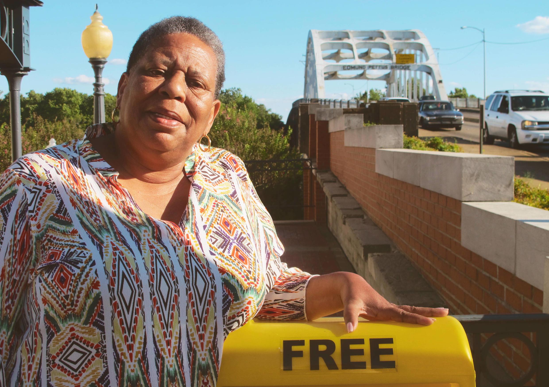 Joanne Bland devant l'Edmund Pettus Bridge à Selma, point de départ des marches de 1965 pour le droit de vote. Joanne y a participé enfant et milite encore aujourd'hui pour les droits civiques.