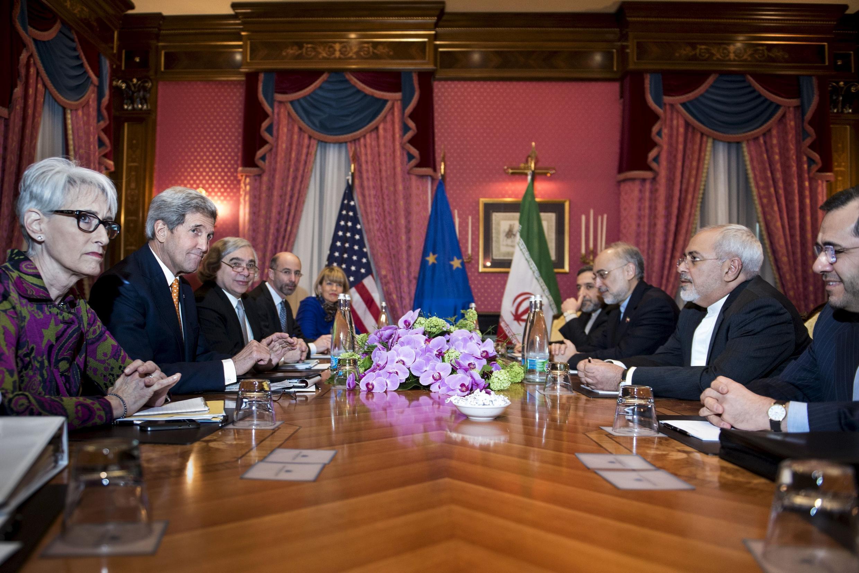 A Lausanne, le secrétaire d'Etat américain, John Kerry (c.g.), a discuté de la situation yéménite avec son homologue iranien Javad Zarif (c.d.), le 26 mars 2015.