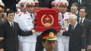 Các lãnh đạo Việt Nam tiễn đưa linh cữu Tướng Giáp ra khỏi nhà tang lễ Quốc gia ngày 13/10/2013.