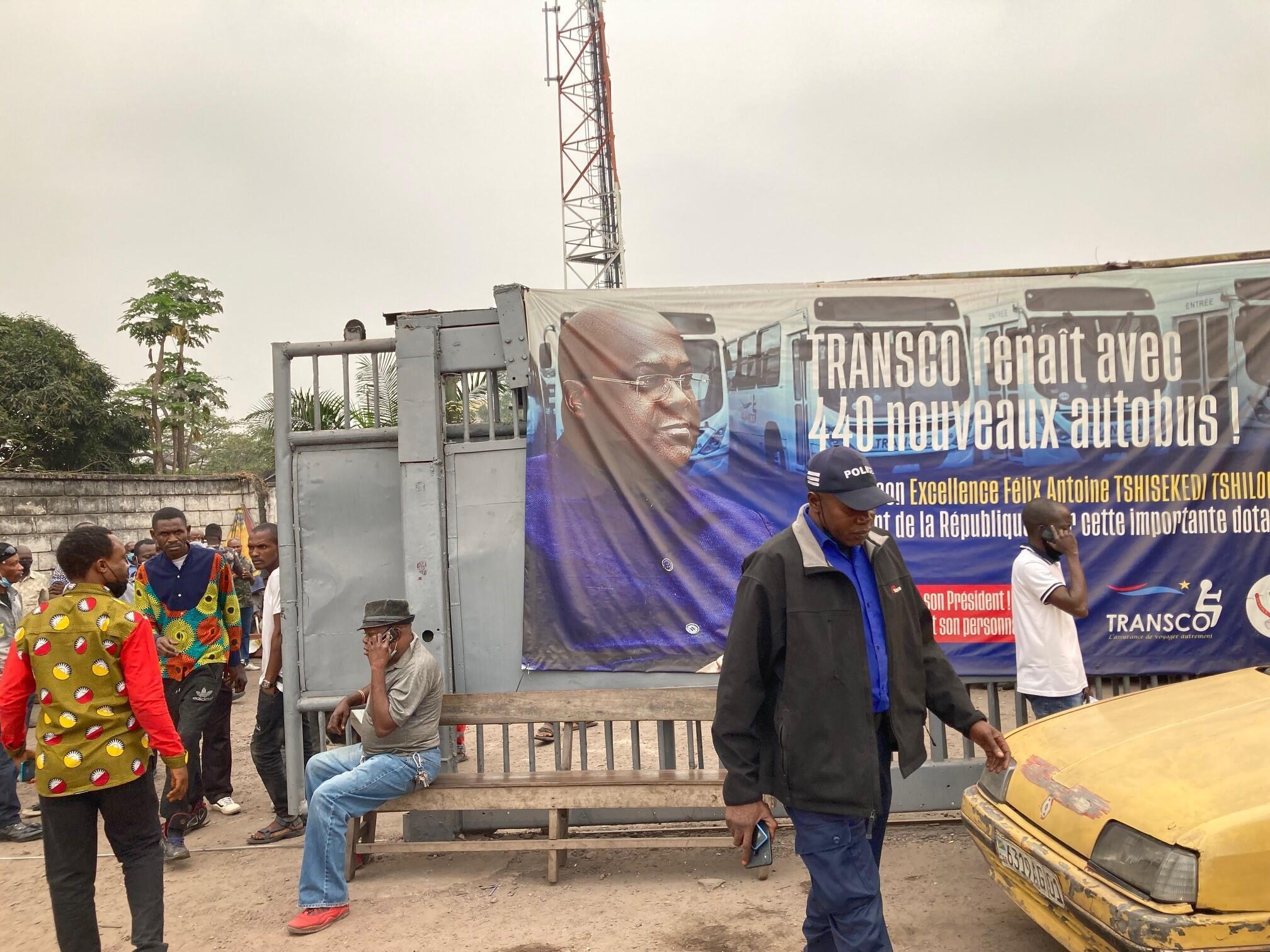 IMAGE Des manifestants au dépôt Transco de la 17ème rue, commune Limete, Kinshasa, le 26 juillet 2021.