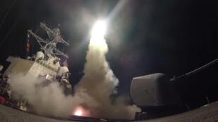 Khu trục hạm tên lửa dẫn đường USS Porter của Mỹ phóng tên lửa vào Syria từ Đại Tây Dương, ngày 07/04/2017.