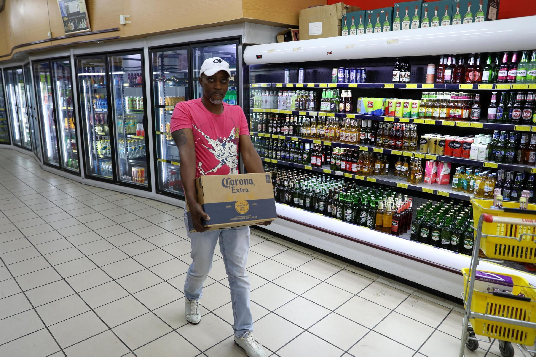 Dans un supermarché de Johannesburg, un homme achète de la bière juste avant la mise en place du confinement en Afrique du Sud, le 26 mars 2020.