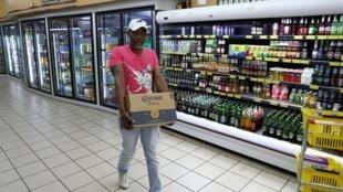 Dans un supermarché de Johannesburg le 26 mars 2020.