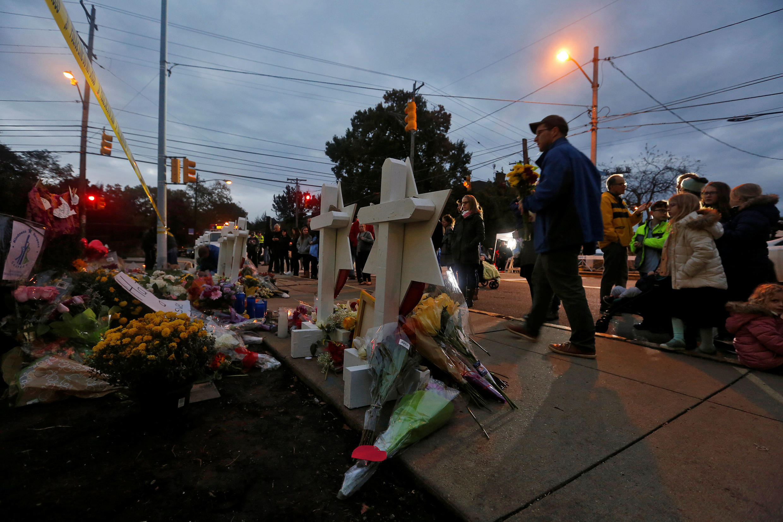 Memorial improvisado do lado de fora da sinagoga Árvore da Livre, depois do tiroteio de sábado na sinagoga em Pittsburgh, Pensilvânia, EUA, em 29 de outubro de 2018.