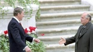 C'est au sommet de Genève en novembre1985 que Reagan et Gorbatchev se sont rencontrés pour la première fois.