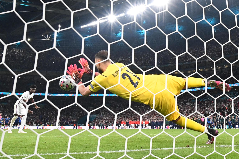 Le gardien italien Gianluigi Donnarumma arrête le tir au but de l'ailier anglais Bukayo Saka en finale de l'Euro le 11 juillet 2021 à Wembley