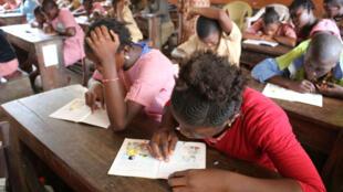 Des jeunes élèves dans une salle de classe à Conakry en Guinée (image d'illustration).