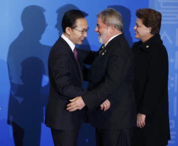 O presidente sul-coreano Lee Myung-bak recebe o presidente Lula e a presidente eleita  Dilma Roussef, para jantar de abertura do G20, em Seul.