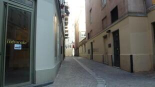 Фото: Улица Венеции в Париже (на мостовой в середине улицы, которая фактически не изменилась с XII века, плитками отмечено место, где находилась сточная канава)