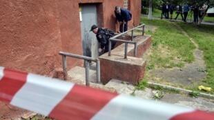 Львовская милиция осматривает место, где произошел взрыв, Львов, 14 июля 2015.