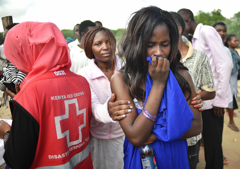 Una sobreviviente evacuada de la universidad de Garisa, después del ataque perpetrado por los shebabs, el jueves  2 de abril.