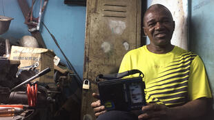Mamadi Keita dit « Jacques », serrurier dans sa boutique « clé-express » dans le quartier de Bozola. Il est l'un des fidèles membres du club des auditeurs de la chaîne 2 de l'ORTM.