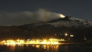 Vista del volcán Copahue desde Caviahue, en la provincia de Neuquen de la Patagonia argentina, el 24 de diciembre de 2012.