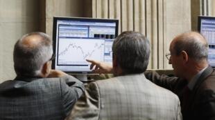 Operadores da Bolsa de Valores de Madri observam oscilação nesta terça-feira.