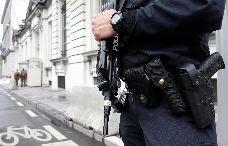 Policial belga protege reunião do Conselho de Segurança da Bélgica, neste sábado (18), em Bruxelas.