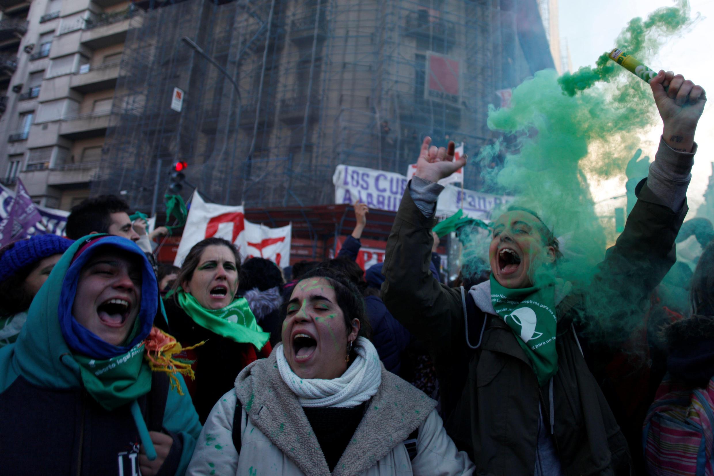 Argentinos comemorando a legalização do aborto. 14/06/18