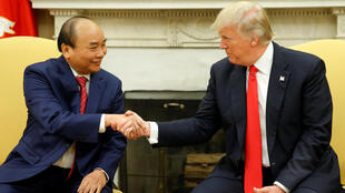 Tổng thống Mỹ Donald Trump (P) bắt tay thủ tướng Việt Nam Nguyễn Xuân Phúc tại Nhà Trắng, Washington, ngày 31/05/2017.