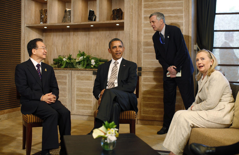 Tổng thống Mỹ Barack Obama gặp Thủ tướng Trung Quốc Ôn Gia Bảo bên lề hội nghị Đông Á tại Bali ngày 19/11/2011.