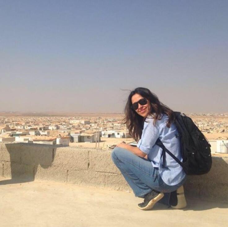 A produtora Ana Cláudia Streva em frente ao campo de refugiados de Zaatari, na fronteira entre a Jordânia e Síria.