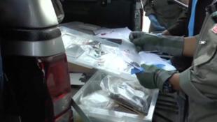 Cảnh sát khoa học hình sự tìm kiếm dấu vết tại Surat Thani, một trong những địa điểm bị tấn công tại Thái Lan.