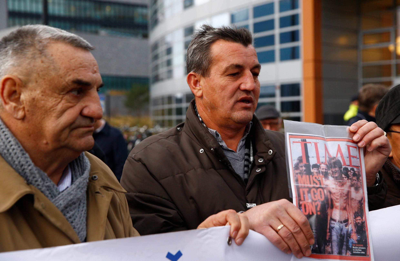 Fikret Alic, survivant du camp de Trnopolje, devenu symbole du nettoyage ethnique qui a visé les populations non-serbes de Bosnie dans les années 1990, a assisté à la condamnation de Ratko Mladic par le TPIY, à La Haye, le 22 novembre 2017.
