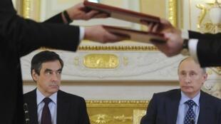 Франсуа Фийон и Владимир Путин (R) , Москва, 18 ноября 2011 года