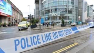 Полицейское оцепление у торгового центра в Манчестере, где произошло нападение, 11 октября 2019