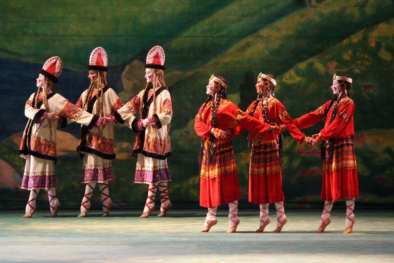 """O balé do Teatro Mariinsky de São Petersburgo apresenta em Paris a coreografia original de Nijinsky para """"A Sagração da Primavera""""."""