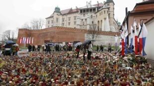 Parterre de bougies devant le château Royal Wawel à Cracovie, en Pologne, le 14 avril 2010.