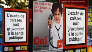 Des affiches de campagne faisant la promotion d'un système public d'assurance maladie unique, le 21 septembre 2014, à Genève.