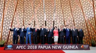 Os dirigentes na tradicional foto de família na cimeira da APEC em Port Moresby, Papua-Nova Guiné. 17 de Novembro de 2018.