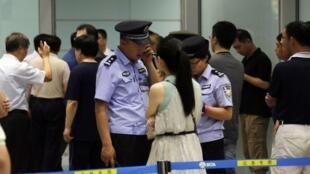 Cảnh sát và an ninh Trung Quốc đang thu thập thông tin tại cửa B, khu đến sân bay Quốc tế Bắc Kinh, sau vụ một người tàn tật cho nổ bom, 20/07/2013