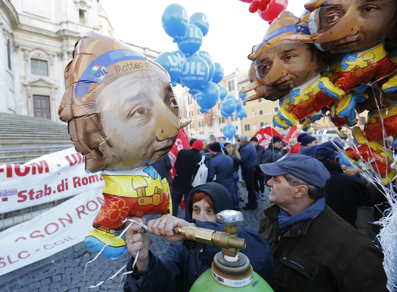 Des manifestants à Rome portent une poupée gonflable à l'effigie du Premier ministre italien Matteo Renzi.