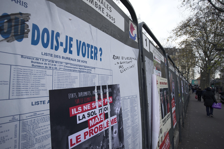 Стенды с информацией о кандидатах на региональных выборах во Франции