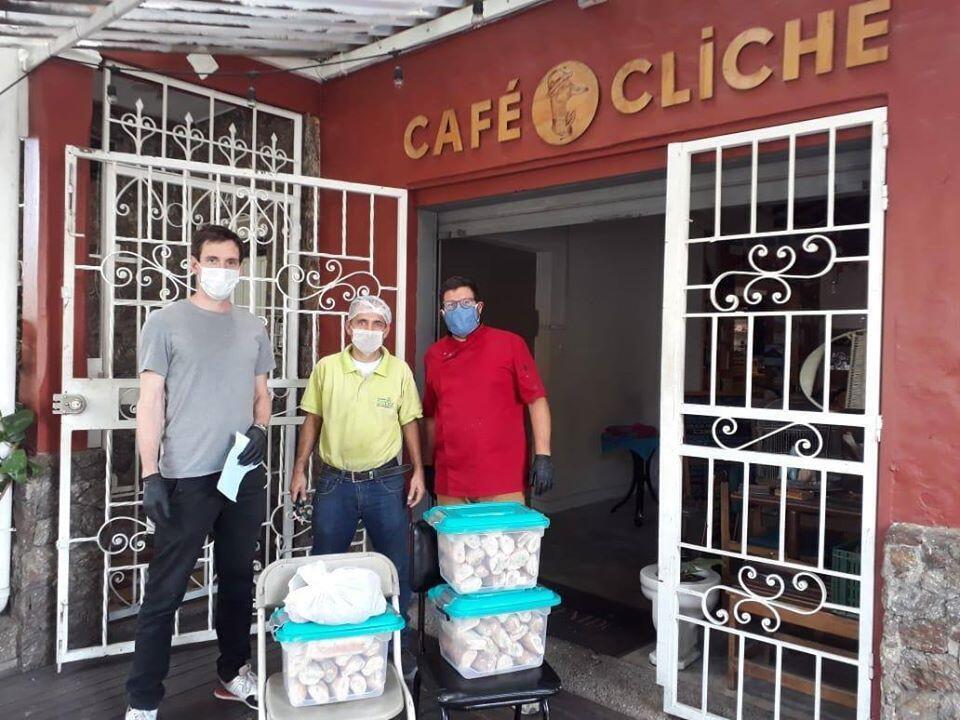 El Café Cliché, en Medellín, dona sándwiches y postres para luchar contra el hambre durante la epidemia de coronavirus.